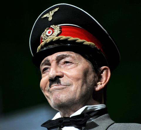 Umberto Orsini interpreta Arturo Ui per il Teatro di Roma nel 2011