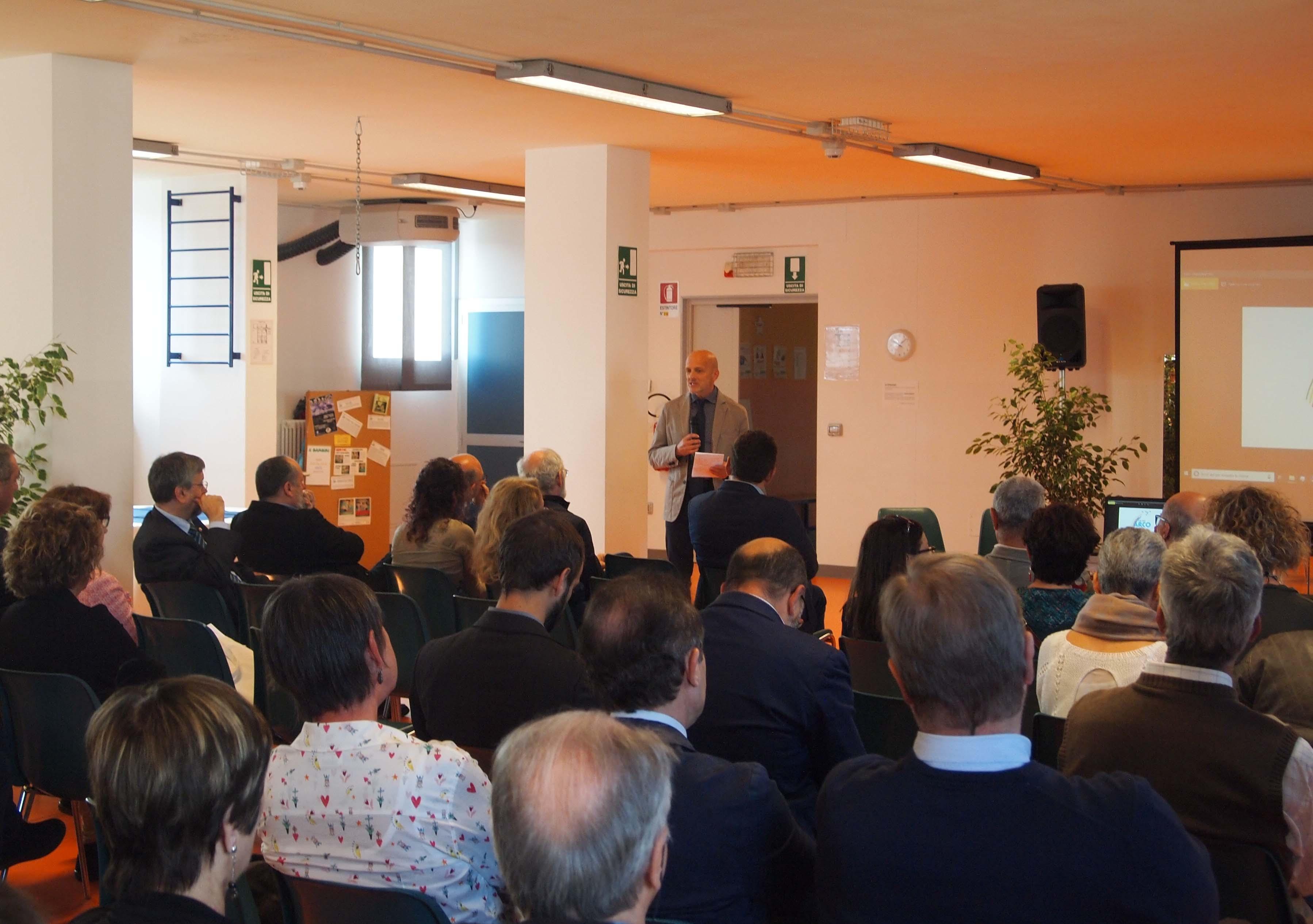 Soci e collaboratori del Gruppo Arco in una riunione plenaria