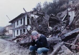 Un uomo disperato davanti alla casa distrutta dall'alluvione in Piemonte del 1994 in una fotografia di Guglielmo Lobera