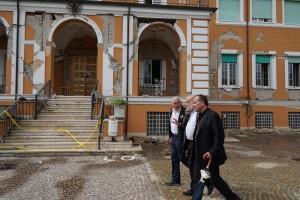 Petrini e mons. Pompili davanti Casa Futuro, Centro Studi Laudato si' ad Amatrice, in corso di restauro