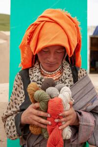 Donna tibetana con i filati di Myak